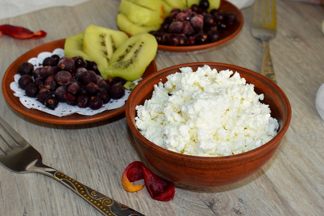 Cottage cheese and fruits